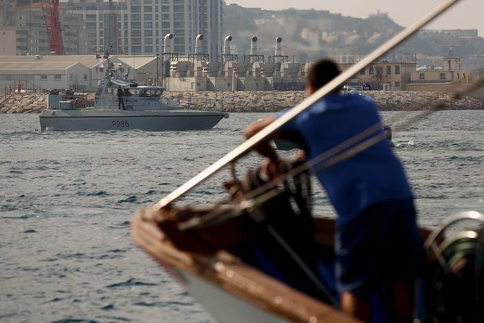 Испанский рыбак смотрит на судна британского королевского ВМФ в море, недалеко от границы Испании и Гибралтара, 18 августа 2013 года. Фото: Pablo Blazquez Dominguez/Getty Images
