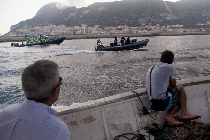 Полиция Гибралтара патрулирует во время акции протеста испанских рыбаков в море, недалеко от границы Испании и Гибралтара, 18 августа 2013 года. Фото: Pablo Blazquez Dominguez/Getty Images
