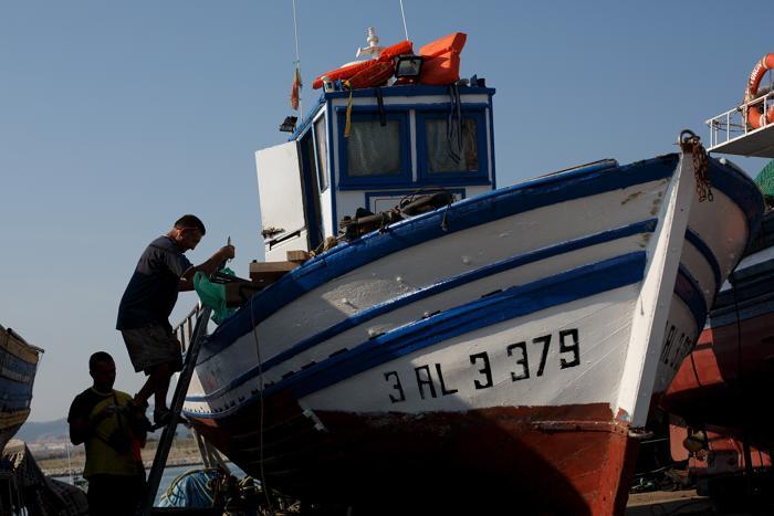 Испанские рыбаки в порту Испании, рядом с границей Гибралтара, 17 августа 2013 года. Фото: Pablo Blazquez Dominguez/Getty Images