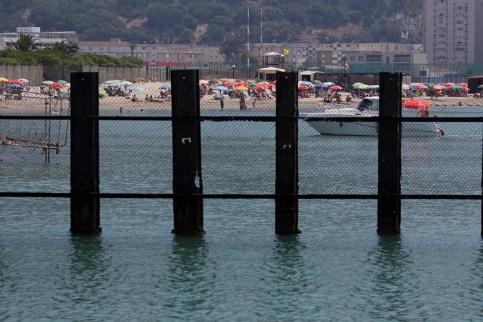Испанский пляж возле границы с Гибралтаром, 17 августа 2013 года. Фото: Pablo Blazquez Dominguez/Getty Images