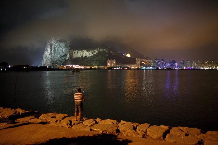 Испанец рыбачит в районе границы с Гибралтаром, 17 августа 2013 года. Фото: Pablo Blazquez Dominguez/Getty Images