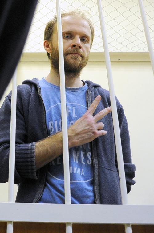 Фотожурналист из России Денис Синяков из группы Гринпис Арктика-30 освобождён под залог в 2 млн рублей на судебном заседании в Санкт-Петербурге 18 ноября 2013 года. Фото: OLGA MALTSEVA/AFP/Getty Images