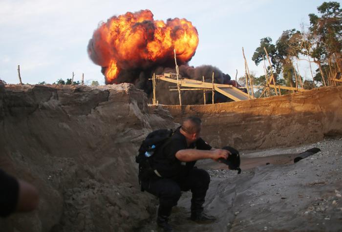 Полиция уничтожает незаконно эксплуатируемое горно-шахтное оборудование, которое используют для добычи золота в области Мадре-де-Диос (Перу). Фото: Mario Tama / Getty Images