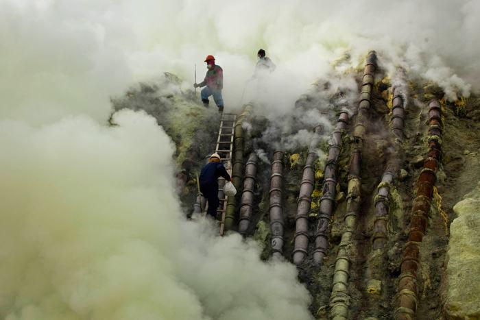 Добыча серы на дне кратера вулкана Иджен в Восточной Яве 18 декабря 2013 года. Фото: Ulet Ifansasti / Getty Images