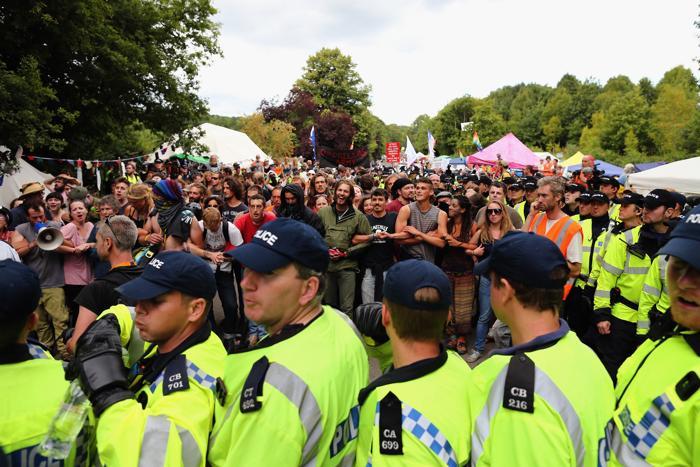 На юге Англии, в провинции Западный Суссекс, более тысячи человек провели 19 августа 2013 года «День непослушания», выступая против добычи сланцевого газа методом фрекинга. Фото: Dan Kitwood/Getty Images