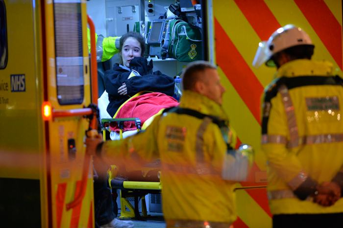 Более 80 человек пострадали от обрушения потолка в театре «Аполло» в центре Лондона 19 декабря 2013 года. Фото: LEON NEAL/AFP/Getty Images