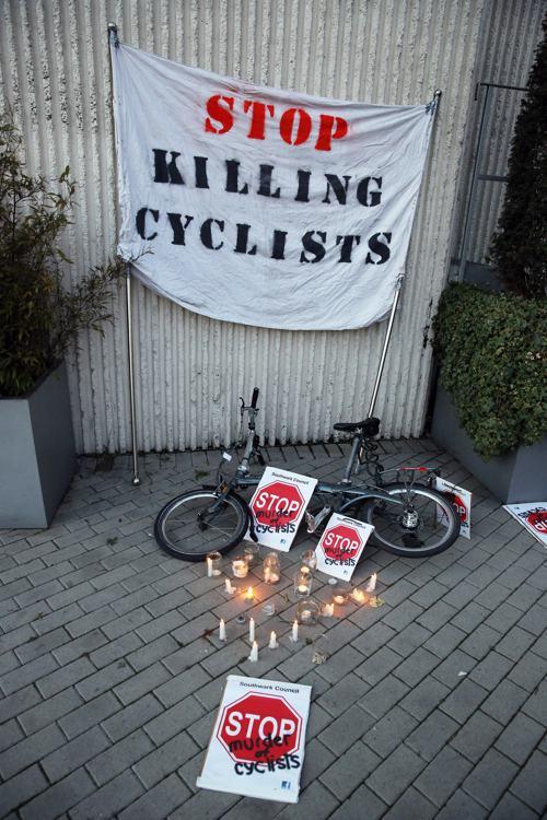 Велосипедисты провели «мёртвую» акцию протеста в Лондоне 19 декабря. Фото: Peter Macdiarmid/Getty Images