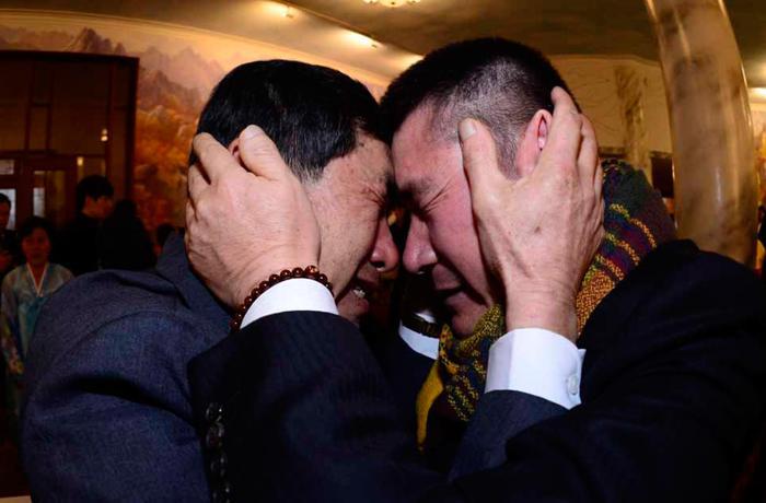 Парк Ян-Гон из Южной Кореи (слева) встречается со своим северокорейским братом Парком Янг-Су после 60 лет разлуки 20 февраля 2014 года в КНДР. Фото: Park Hae-Mook-Korea Pool/Getty Images