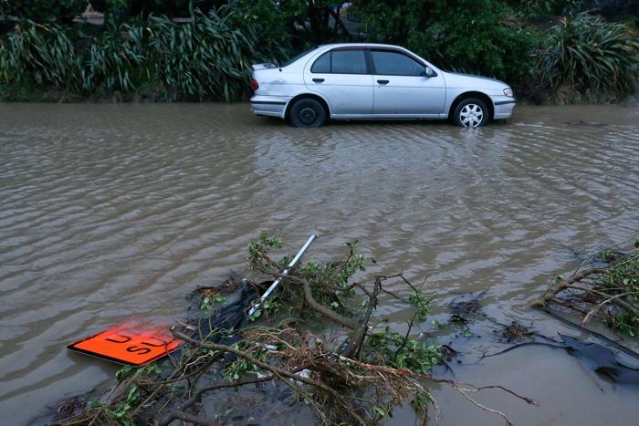Большой шторм в столице Новой Зеландии оставил без света около 30 тысяч домов и привёл к многочисленным задержкам авиарейсов этой ночью. Фото: Hagen Hopkins/Getty Images