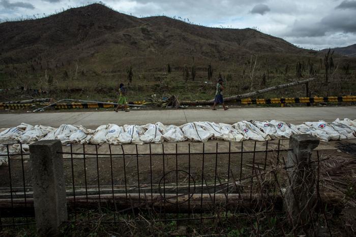 На Филиппинах число жертв тайфуна превысило 4 тысячи человек, по официальным данным на 20 ноября 2013 года. Фото: Chris McGrath / Getty Images