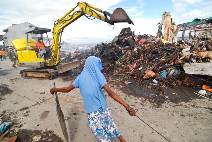 На Филиппинах число жертв тайфуна превысило 4 тысячи человек, по официальным данным на 20 ноября 2013 года. Фото: Dondi Tawatao/Getty Images