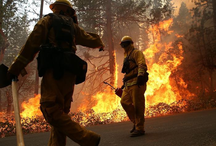 В Калифорнии рядом с Национальным парком Йосемити огонь вышел из-под контроля, создав угрозу уникальной природной территории и находящимся за её пределами 2,5 тыс. домов. 21 августа 2013 года. Фото: Justin Sullivan/Getty Images