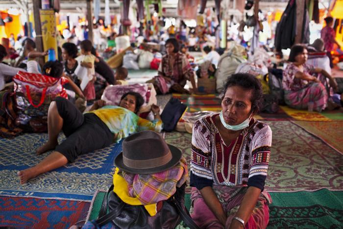 Люди находятся в центре эвакуации 21 ноября 2013 года. Им пришлось покинуть дома на севере острова Суматра (Индонезия), где активизировался вулкан Синабунг. Фото: Ulet Ifansasti / Getty Images