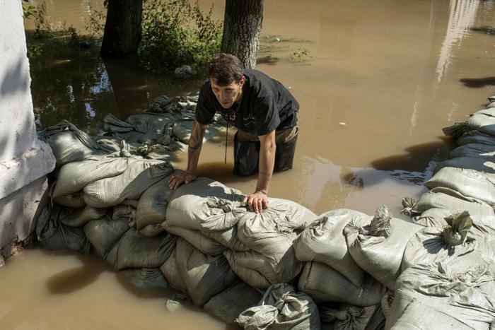 Проливные дожди продолжаются в дальневосточном городе Хабаровске, с 22 августа 2013 года уровень воды в Амуре поднялся на 14 сантиметров и достиг отметки в 7 метров 16 сантиметров при критическом показателе 6 метров. Фото: IGOR CHURAKOV/AFP/Getty Images