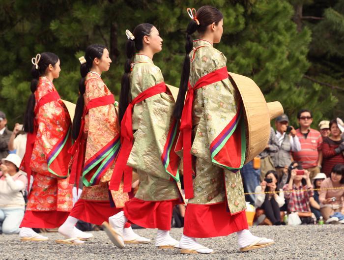 Около 2 тысяч человек приняли участие в шествии от Императорского дворца, представив костюмы почти каждого периода японской истории на фестивале эпох Дзидай Мацури в Киото 22 октября 2013 года. Фото: Buddhika Weerasinghe / Getty Images
