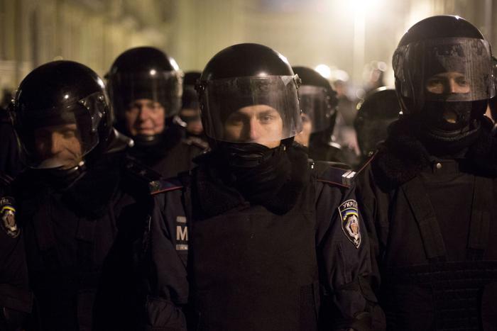 Полицейские выстроились в линии в центре Киева 23 января 2014 года. Фото: Rob Stothard/Getty Images