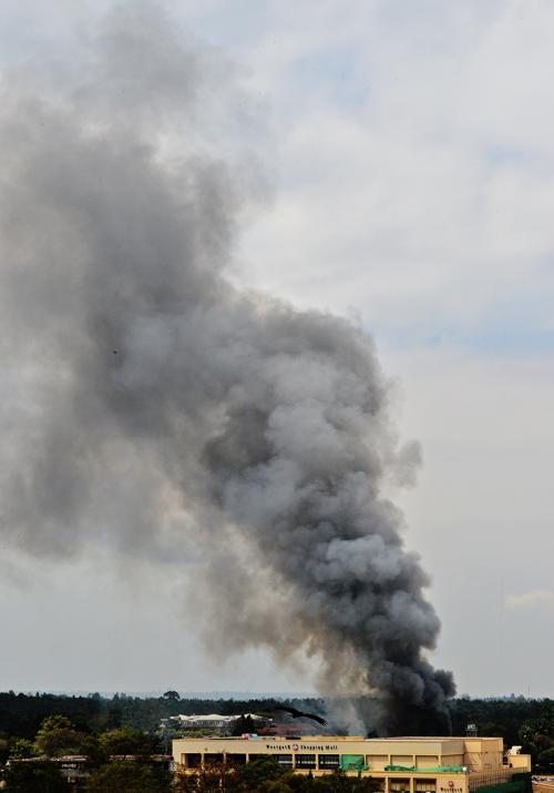 Дым поднимается над захваченным террористами торговым центром в Найроби, 23 сентября 2013 года. Фото: CARL DE SOUZA/AFP/Getty Images
