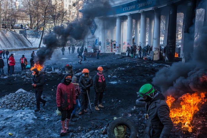 Протестующие подожгли шины около стадиона «Динамо» в центре Киева 24 января 2013 года. Фото: Brendan Hoffman/Getty Images