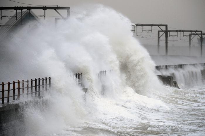 Шторм «Дирк», бушующий в Западной Европе, привёл в Великобритании к наводнениям и гибели пяти человек. Фото: Jeff J Mitchell/Getty Images