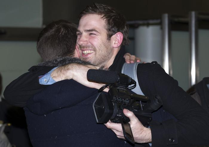 Журналист Кирон Брайан обнимает своего брата Рассела в Санкт-Панкрасе, железнодорожном вокзале, в Лондоне 27 декабря 2013 года, после того как вышел по амнистии из российской тюрьмы, где находился по делу о судне «Гринпис». Фото: JUSTIN TALLIS/AFP/Getty Images