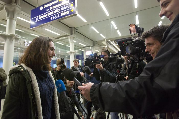 Александра Харрис общается с журналистами на железнодорожном вокзале в Лондоне 27 декабря 2013 года, после того как вышла по амнистии из российской тюрьмы, где находилась по делу о судне «Гринпис». Фото: JUSTIN TALLIS/AFP/Getty Images