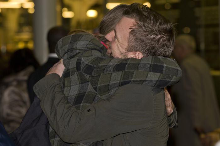 Активист «Гринпис» Фил Бол  приветствует родных на железнодорожном вокзале в Лондоне 27 декабря 2013 года, после того как вышел по амнистии из российской тюрьмы, где находился по делу о судне «Гринпис». Фото: JUSTIN TALLIS/AFP/Getty Images