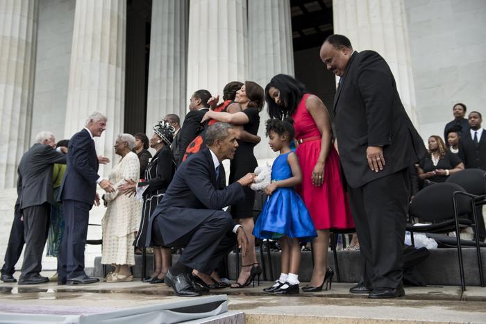 Президент США Барак Обама говорит с родственниками Мартина Лютера Кинга на церемонии, посвящённой 50-летию со дня исторического «Марша Вашингтона», 28 августа 2013 года на Мемориале Линкольна в столице США. Фото: BRENDAN SMIALOWSKI/AFP/Getty Images