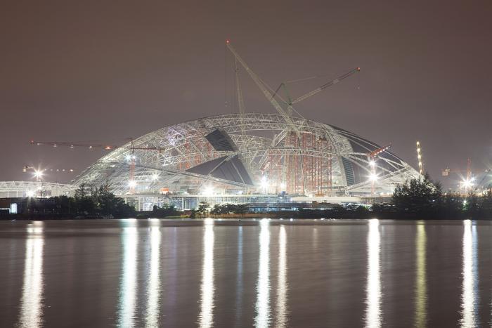 Новый Национальный стадион Сингапура. Несмотря на недавний спад, строительный бум продолжился в Сингапуре в августе 2013 года. Фото: Nicky Loh/Getty Images