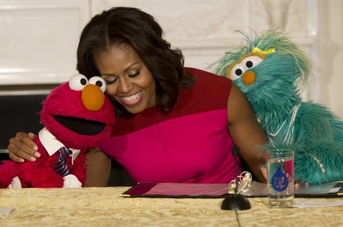 Первая леди США Мишель Обама объявила о свободном лицензировании символов «Сезам» на рынке овощей и продуктов вместе с героями популярного шоу Зелибобой и Бусинкой 30 октября 2013 года. Фото: SAUL LOEB/AFP/Getty Images