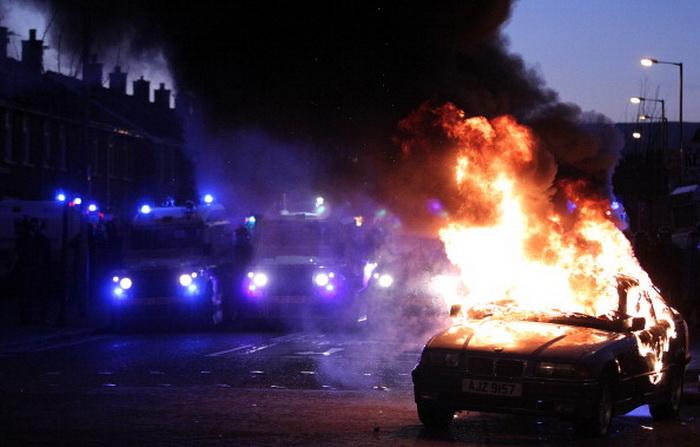 Во Франции в новогоднюю ночь сожгли тысячу автомобилей. Фото: PETER MUHLY/AFP/Getty Images
