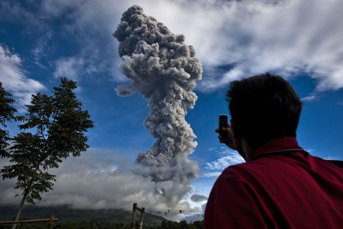 Вулкан Синабунг на острове Суматра вновь проявил активность . Фото: Ulet Ifansasti / Getty Images