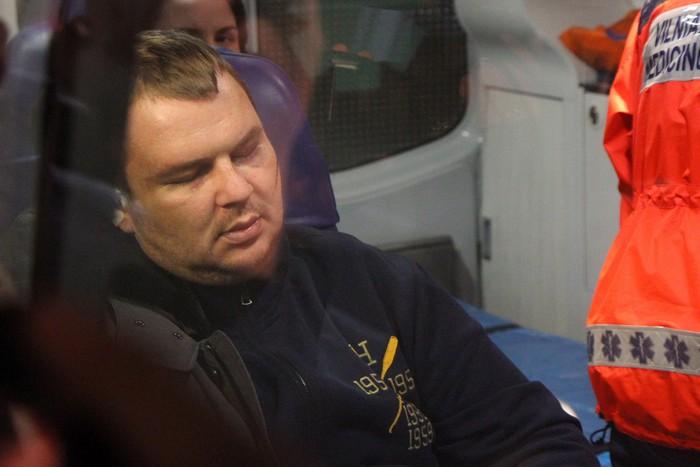 Лидер Автомайдана Дмитрий Булатов в машине скорой помощи в аэропорту Вильнюса, куда он прибыл для лечения в клинике, 2 февраля, 2014 год. Фото: PETRAS MALUKAS/AFP/Getty Images