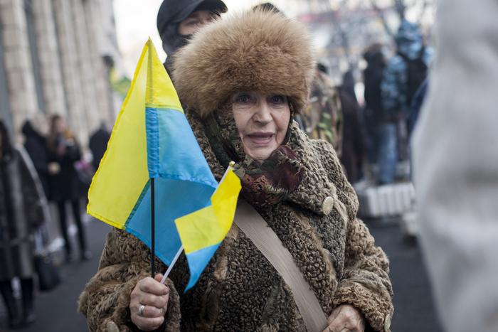 Антиправительственные акции протеста проходят под флагом Украины, 25 января, 2014 года. Фото: Rob Stothard/Getty Images