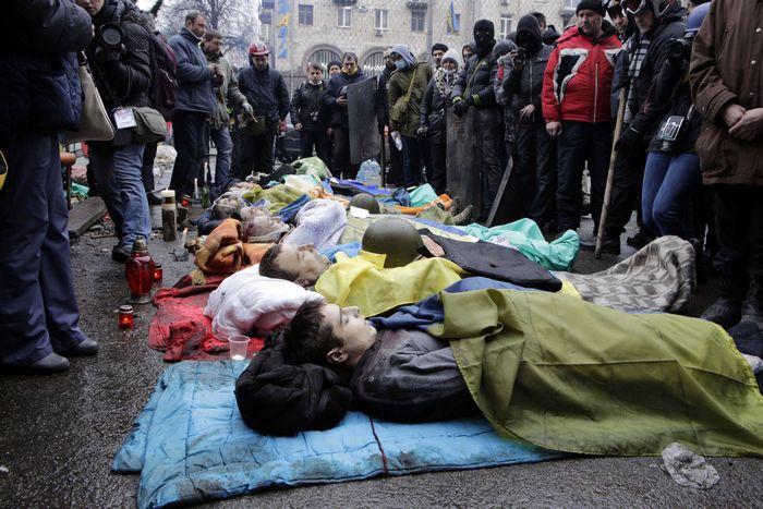 Жертвы столкновений демонстрантов с полицией в центре Киева, 20 февраля, 2014 год. Фото: ALEXANDER CHEKMENEV/AFP/Getty Images