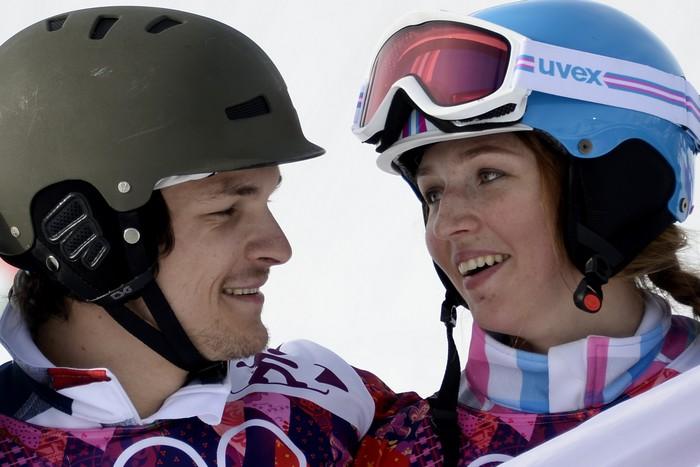 Спортивная российская чета сноубордистов Вика Уайлд и АлёнаЗаварзина стали призёрами в параллельном гигантском слаломе. Фото: FRANCK FIFE/AFP/Getty Images