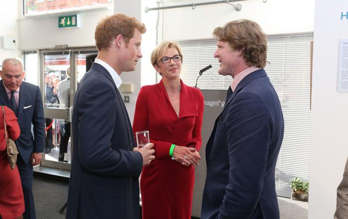 Принц Гарри (слева) и директор галереи Getty Images Луиза Garczewska и Марк Гетти на закрытом показе фотовыставки «Sentebale — истории надежды» в галерее Getty Images 25 июля 2013 года в Лондоне, Великобритания. Фото: Tim P. Whitby/Getty Images