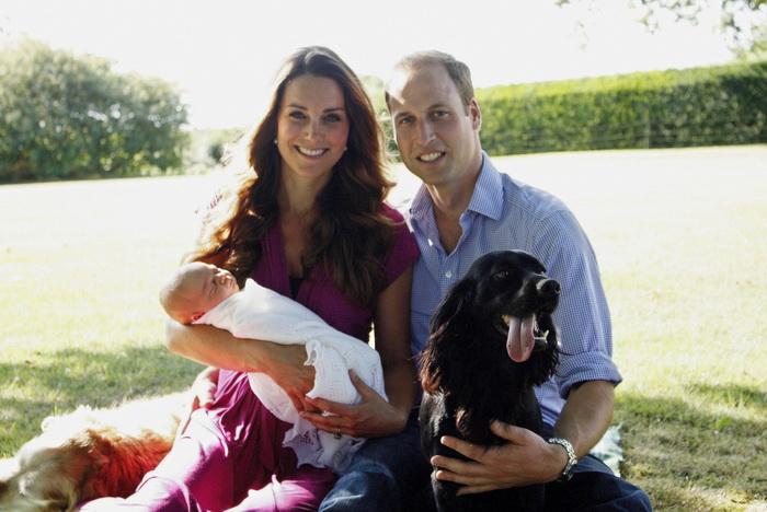 Первые семейные фотоснимки Кэтрин Мидлтон и принца Уильяма с маленьким сыном на руках, сделанные отцом герцогини Кембриджской — Майклом, были официально опубликованы для широкой публики. Фото: Michael Middleton - WPA Pool/Getty Images