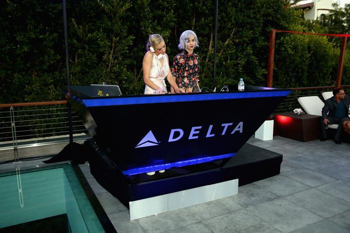 Диджей Миа Моретти (DJ Mia Moretti) и Маргот из The Dolls за пультом на летней вечеринке, организованной компанией «Авиалинии Дельты» (Delta Air Lines) в Беверли Хиллз, Калифорния, 15 августа 2013 года. Фото: Joe Scarnici/Getty Images for Delta