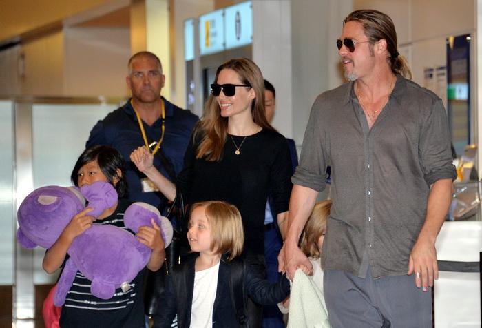 Анджелина Джоли и Бред Питт со своими детьми. Фото: YOSHIKAZU TSUNO/AFP/Getty Images