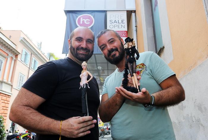 Дизайнеры кукол Мадонны Алессандро Гатти и Джузеппе Де Беллис ожидают приезд Мадонны возле входа в фитнес-клуб «Карамель» (Hard Candy) в Риме, Италия, 20 августа 2013 года. Фото: Ernesto Ruscio/Getty Images