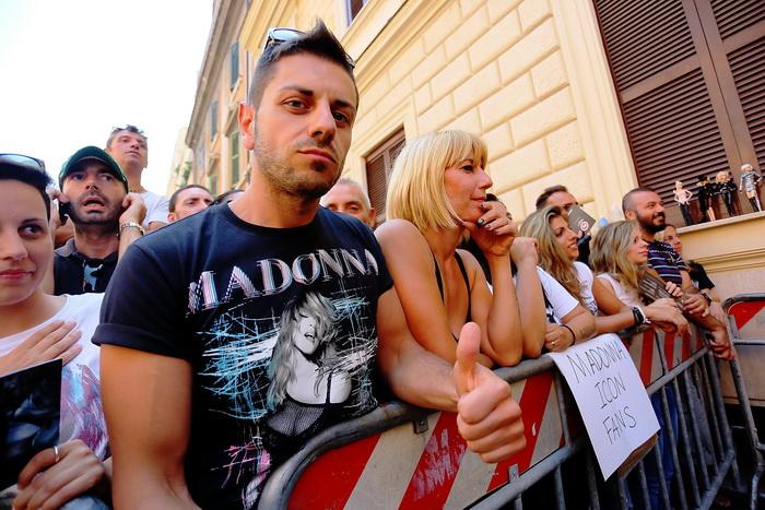 Фанаты Мадонны ожидают приезд своего кумира возле входа в фитнес-клуб «Карамель» (Hard Candy) в Риме, Италия, 20 августа 2013 года. Фото: Ernesto Ruscio/Getty Images