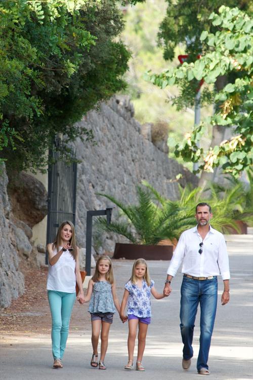 Испанский принц Фелипе, принцесса Испании Летиция и их дочери — принцессы Леонор (слева) и София (справа), посетили исторический особняк La Granja 5 августа 2013 года в испанском портовом городе Пальма-де-Майорка. Фото: Carlos Alvarez/Getty Images