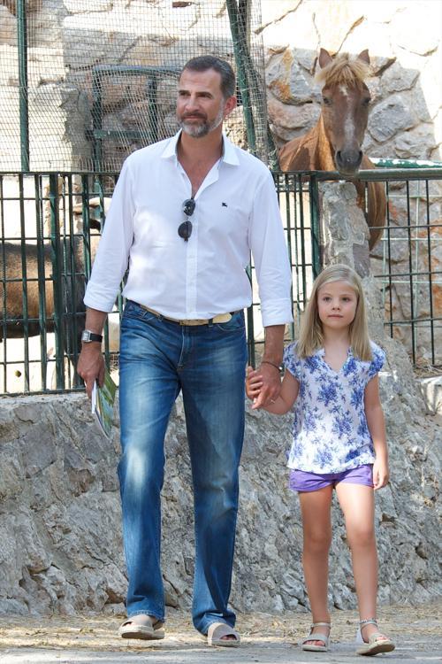Испанский принц Фелипе с дочерью Софией в историческом особняке La Granja, 5 августа 2013 года, испанский портовый город Пальма-де-Майорка. Фото: Carlos Alvarez/Getty Images