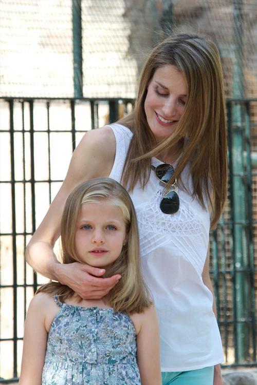 Принцесса Испании Летиция с дочерью Леонор в историческом особняке La Granja, 5 августа 2013 года, испанский портовый город Пальма-де-Майорка. Фото: Carlos Alvarez/Getty Images