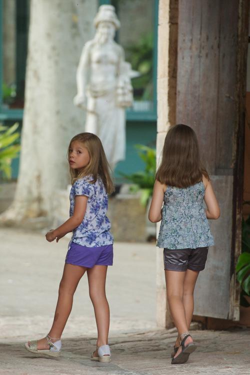 Испанские принцессы София (слева) и Леонор (справа) в историческом особняке La Granja, 5 августа 2013 года, испанский портовый город Пальма-де-Майорка. Фото: Carlos Alvarez/Getty Images