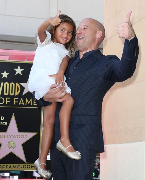 Вин Дизель со свое дочерью на торжественной церемонии открытия его звезды на Аллее славы 26 августа 2013 года в Голливуде, штат Калифорния (США). Фото: Frederick M. Brown/Getty Images