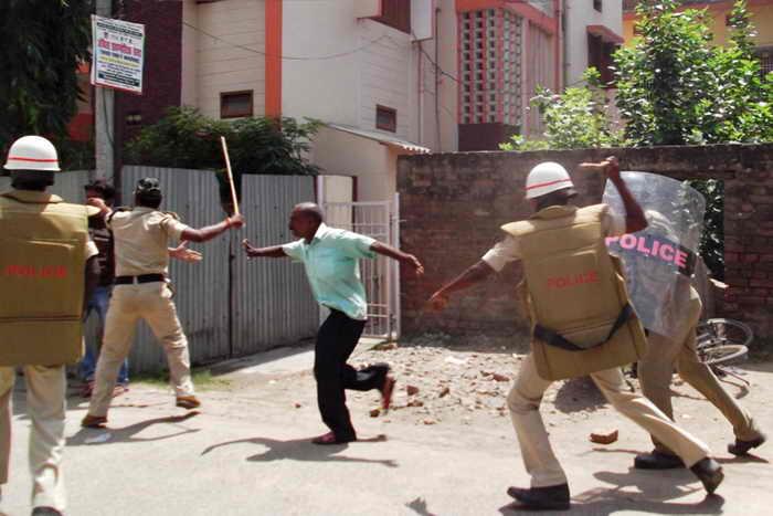 Смерть 25 школьников от отравления обедом в школьной столовой вызвала беспорядки и волнения в штате Бихар в Индии. STR/AFP/Getty Images