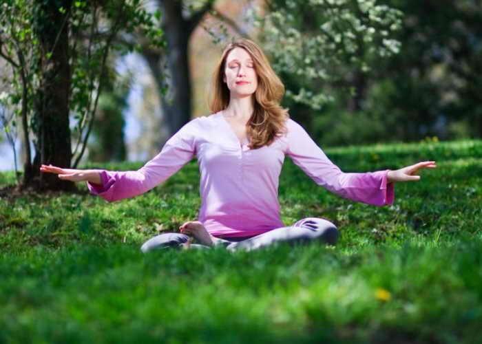 Женщина выполняет медитационное упражнение Фалунь Дафа. Исследователи обнаружили, что медитация и позитивное мышление в течение длительного времени приводят к развитию положительных черт характера. Фото: Джефф Ненарелла/Великая Эпоха (The Epoch Times)