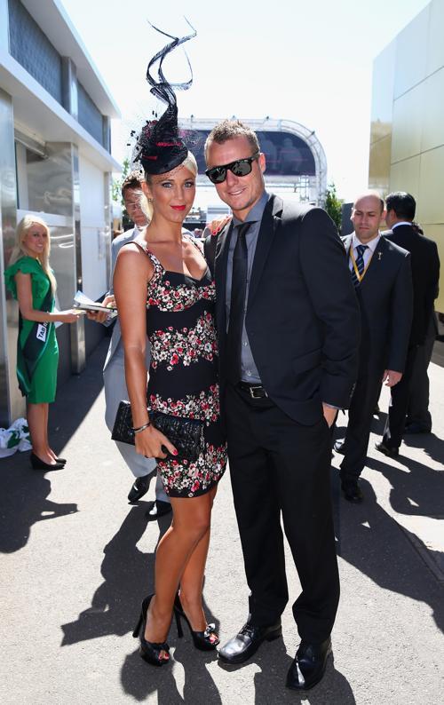 Теннисист Ллейтон Хьюитт с супругой актрисой Бек Хьюитт посетили одно из главных спортивных и светских мероприятий Австралии — скачки за главный трофей в рамках Кубка Мельбурна 4 октября 2013 года. Фото: Ryan Pierse / Getty Images