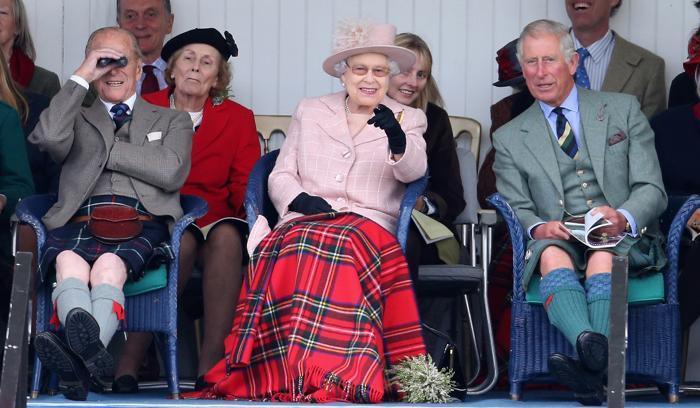 Королева Великобритании Елизавета II, её супруг Филипп, герцог Эдинбургский, и сын, принц Чарльз, 7 сентября 2013 года посетили игры шотландских горцев в Бремаре (Шотландия) 7 сентября 2013 года. Фото: Chris Jackson/Getty Images